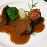 カフェ・ド・クレプスキュール - メイン料理のひとつ「甲州ワインビーフ牛ホホ肉の赤ワイン煮」