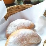 カフェ・ド・クレプスキュール - 山梨県産小麦粉を使った自家製「三日月パン」