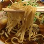 大喜 - 中太のほぼストレート麺。 加水は少なめだが麺の味はそれほどない。 茹ではややカタメでほどよい。  が汁がアレだからやっぱアレです。