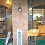 80496371 - 右側はパン屋さん、左側は食事スペース。中でも繋がってます