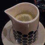 カフェ香咲 - お冷(レモン水)のポットが各席にあります。