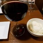 餃子バル 餃子の花里 - グラス赤ワインとポテトサラダ