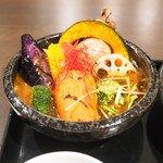 スープカレーと季節野菜ダイニング 彩 - 骨付きチキンの彩スープカレー 1100円