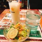リアル - ランチのドリンクとサラダ