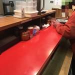 ラーメン大河 - 店内は立ち席のみで、3〜4人くらいで満員