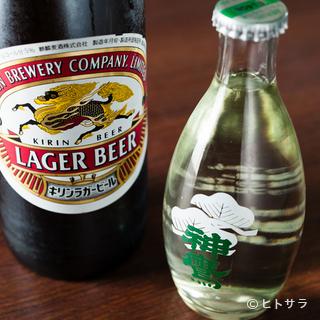 今なお氷で冷やすビールが、魚介料理に華を添える