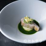 レストラン 高津 - 火入れに注力し、ビビッドな春菊のソースと合わせた『鰆/春菊/柚子』