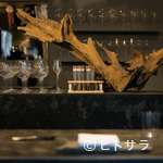 レストラン 高津 - シンボリックなディスプレイが店内に温かみをもたらす