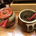 博多三氣 - 卓上には 辛子高菜と紅ショウガ