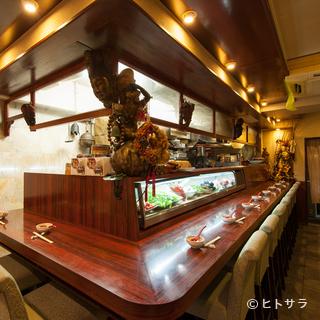 中国のアンティーク雑貨や家具で統一された落ち着いた空間
