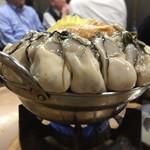 すき焼・鍋物 なべや - 鍋の縁に牡蠣が腰掛けてる感じ 三重県の牡蠣だって♪
