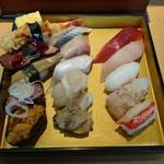 鮨覚 - 料理写真:今日の上ネタ 真ん中の列の一番手前のツブ貝、その奥のホタテ、右列の一番手前のカニ、その奥の赤エビ、更に奥の奥のビントロがデラ旨かった♪