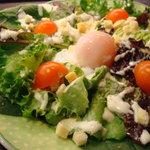 鳥正 - 温泉玉子のシーザーサラダです。こってり焼鳥だけでなく野菜料理も御用意しております。