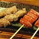 馬肉酒場 馬鹿うま精肉店 - 馬肉のカルビと馬肉ソーセージの串焼き