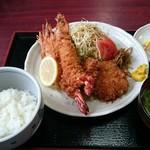 とんかつとん川 - 料理写真:ミックスフライ定食。有頭海老2尾とヒレカツ2枚。ご飯少な目です。