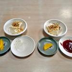 かねこ - テーブルセッティング(左「梅とんかつ定食」・右「激辛!とんかつ定食」)