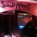 bar soundmarket - オレンジと黒の外観、ウッディな入口、植物も