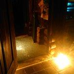 bar soundmarket - 木の扉、足元には照明と観葉植物