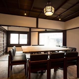 和モダン空間の個室。要予約で12~20名様まで貸切り無料‼