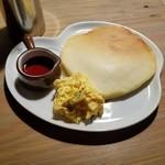 山cafe - モーニングで付いてくる「エッグオンホットケーキ」