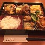 日本酒バル 蔵よし - おばんざいブュッフェ @900円 ごはんの入ったお重に好きなだけおかずを詰め放題。