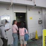 ラーメン二郎 - 開店前の行列