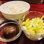 麺ダイニング ととこ - 麦ごはん、ミニサラダ、薬膳玉子