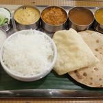 Venu's South Indian Dining - ベジターリー(1500円) パプリカ&おくらカレー、ヨーグルトカレー、ワダ、パヤサムなど