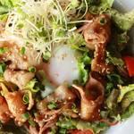 もちぶたの和風焼肉温玉のっけサラダ