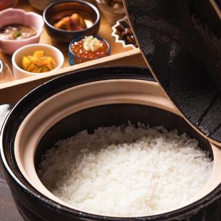 こだわりの特別栽培米を当日精米、洗練された炊飯技術、土釜で