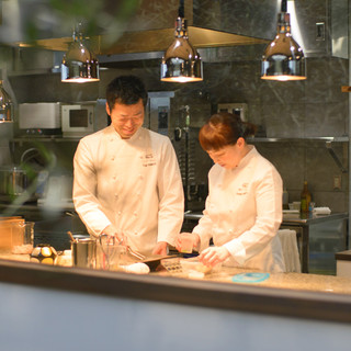 米田裕二(ヨネダユウジ)氏と亜佐美(アサミ)氏―夫婦で厨房に
