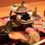 Shunai Sasaki - 八寸 鰆の焼物、ナマコ柔らか煮、時雨煮、黒豆、湯引きのミスジと玉子、数の子、ローストビーフ、堀川牛蒡 スナップえんどうと干し柿の白和え