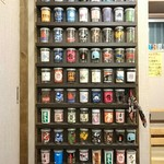 80564984 - カップがいっぱいのトイレのドア