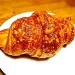 メロン・ド・パーネ - チーズクロワッサン    普通のクロワッサンもあり