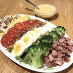 ラーメン&ビストロ ウシオ ウエノイースト - ホットドレッシングのコブサラダ(ハーフ ¥480)