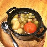 ラーメン&ビストロ ウシオ ウエノイースト - 3種豆とニンニクのアヒージョ(550円)