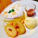 Cafe&Dining Bliss - ロイヤルミルクティーソースと焼きリンゴ&バタークッキーパンケーキ ¥980