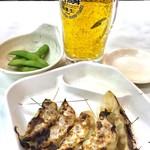 """名代ラーメン亭 - 「ほろ酔セット」(400円)。中ジョッキ+枝豆+餃子(5個)。中ジョッキは""""ビール""""ではなく、発泡酒だ。"""