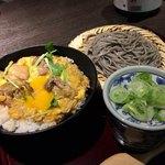 高田屋 - 炭火焼鶏の親子丼とごまそばのセット 961円