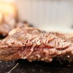 """デンバープレミアム - """"溶岩焼""""熟成リブロースステーキ一番マシな焼き加減"""