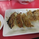 博多だるまラーメンセンター - 餃子250円は羽根付きの博多らしい一口サイズの餃子です。