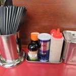 博多だるまラーメンセンター - テーブルの上には調味料が置いてるんで此れで好みの味に仕上げます。