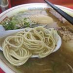 博多だるまラーメンセンター - 麺は福岡のラーメンらしいストレートの細麺、スープは脂っこいけど豚骨の臭いもそんなに強くなくコッテリ系が苦手な私でも比較的飲みやすい感じのスープでした。