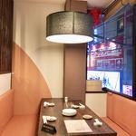 美食天堂 金威 - 窓際のテーブル席