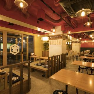 白木の内装やテーブルが温かく、ほっとする雰囲気