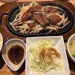 博多 焼肉慶州 - 九州産黒毛和牛 焼肉鉄板定食 1300円。