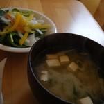 OMURAダイナー - 牛すじ肉のデミグラスソース煮(味噌汁とサラダ)