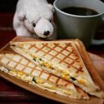 Shirokuma Tokyo - ツナと卵、チーズのホットサンド