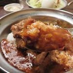 アフター ザ レイン - カレーは豚骨ベースだそうです。 『ふつう』はあまり辛くなく、むしろ甘味をしっかり感じる日本人好みのマイルドカレーです。