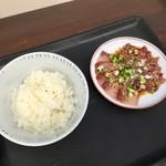志摩の海鮮丼屋 - 【海鮮丼屋のまかない朝ごはん(500円)】この状態で運ばれてきますが、食べるのはまだですよ~